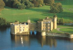 UK, Leeds Castle, near Maidstone, Kent, Aerial view, unused Postcard