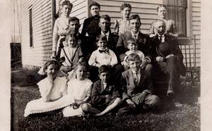 US    PC1572 RPPC -  FAMILY SCENE   EARLY 1900'S
