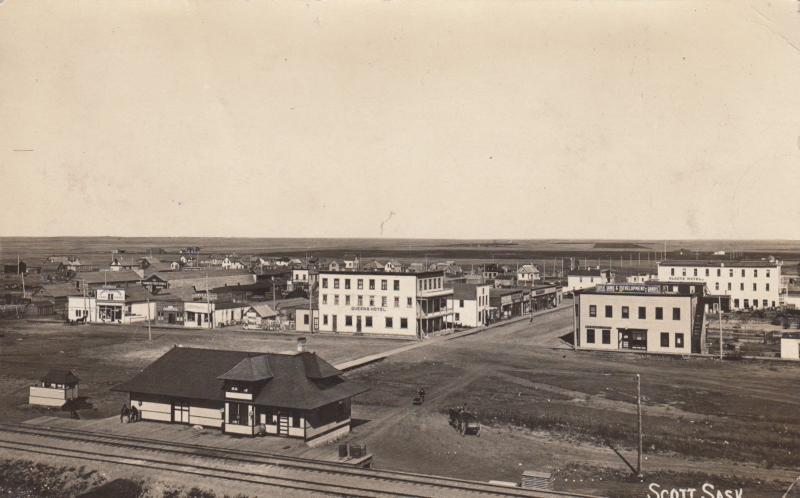 RP: SCOTT , Sask. , Canada , 1900-10s ; Train Depot & Town