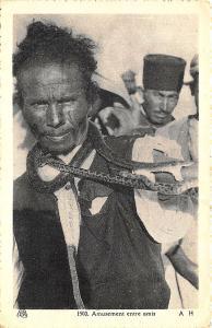 Africa Amusement entre amis Snake Handler Postcard