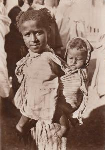 RP Le grande soeur, girl carrying baby, Casablanca, 20-40s