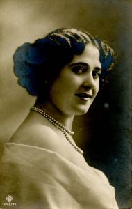 Woman -  Bare shoulders, Pearls    *RPPC