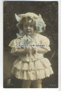 su2808 - Little Girl in a Frilly Dress and Blue Ribboned Bonnet -  postcard