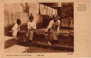 CPA East JAVA Javanese women on a Coffie Estate. INDONESIA (169569)