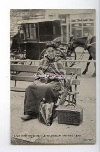 su3331 - An Old Lady who makes & sells Kettle Holders in the West End - postcard