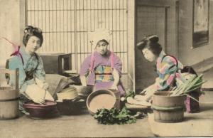 japan, Three Beautiful Young GEISHA Ladies preparing Dinner (1910s)
