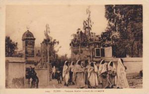 TUNIS - Femmes Arabes sortant du cimetiere, 1910s