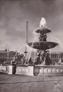France Paris Une des fontaines de la Place dela Concorde et l'Obelisque ...
