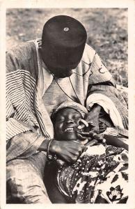 Africa Niger Dentiste taillant les dents a coups de burin 1955
