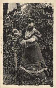 CPA Madame delait cueilant des roses   (119011)