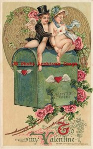 Valentine Day, Winsch 1910, Schmucker, Cupid Hands Mail to Lady on Letter Box