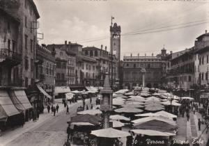 RP: VERONA , Italy , 30-40s : Piazza Erbe