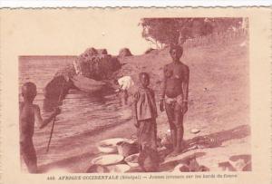 Africa Nude Topless Senegal Jeunes laveuses sur les bords du fieuve
