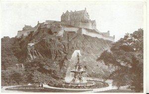 Scotland Postcard - Edinburgh Castle and Ross Fountain - Ref TZ2086