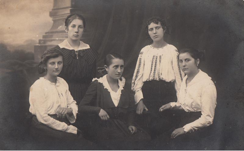 Atelier photo postcard Romania Brasov H. Lang H. beauties young ladies fashion