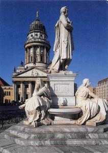 Berlin Das Schillerdenkmal auf dem Gendarmenmarkt im Hintergrund Dom Statues