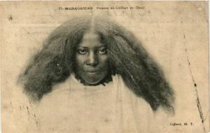 CPA Femme en coiffure de Deuil MADAGASCAR (709533)