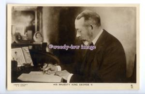 r2858 - H. M. King George V. working in his Office, No.3741 - postcard - Tuck's