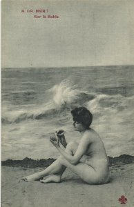 PC CPA RISQUE NUDE FEMALE LADY ON THE SEASHORE WITH A CLAM (b2621)
