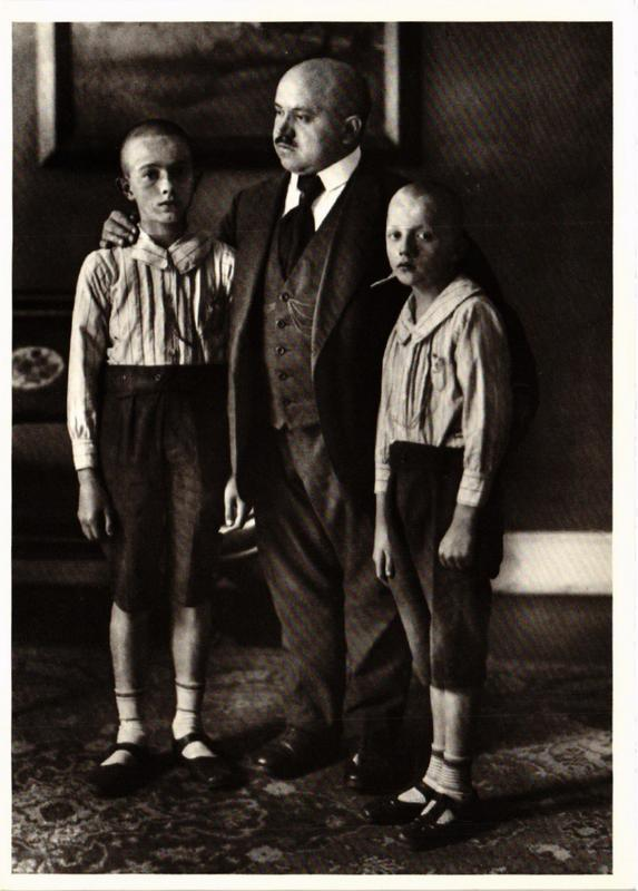 CPM AS16 Widower and Sons c. 1925 AUGUST SANDER (d1281)