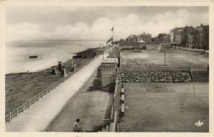 CPA Luc-Sur-Mer - Vue générale de la digue (140933)