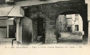 France - Ille et Vilaine, Pilier et Porche d'ancien Mastere 15th Century