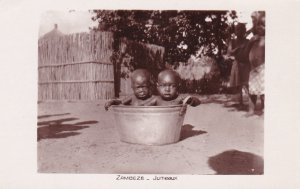 ZAMBEZE, Zambia, 10-20s; Jumeaux, Toddlers in a metal basin