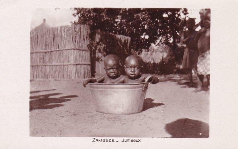 ZAMBEZE, Zambia, 10-20s; Jumeaux, Toddlers in a metal basin