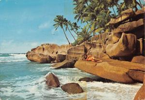 Br45140 Anse songe la digue seychelles women femmes seychelles