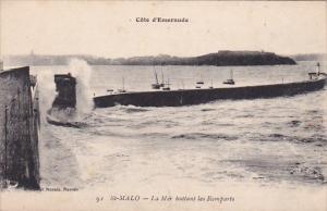 Saint Malo , France , 00-10s ; La mer battant les Remparts