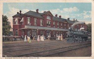 SEDALIA , Missouri, 1921 ; Train at Railroad Station