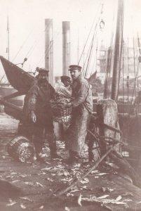 Lowestoft Fishermen Fish All Over Boat Floor Suffolk Postcard