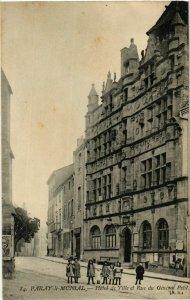 CPA Paray le Monial Hotel de Ville et Rue du General Petit FRANCE (952959)