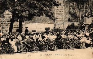 CPA LOURDES Malades devant le Rosaire (412333)