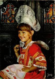 CPM La Bretagne Petite fille en costume de Fouesnant FOLKLORE (753644)