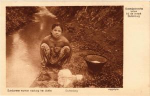 CPA BUITENZORG Soendaneesche vrouw bij de wasch INDONESIA (566041)