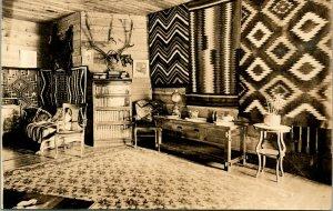Vtg Postale Sépia Cppr 1920s Cabine Intérieur Avec Sud-Ouest Motif & Taxidermie