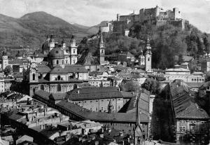 Die Festspielstadt Salzburg vom Moenchsberg aus Gesamtansicht