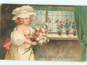 Pre-Linen Valentine PRETTY GIRL HOLDS FLOWER BOUQUET AB2757