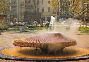 Wiesbaden Kochbrunnen im Hintergrund Hotel Schwarzer Bock Fountain Auto Cars