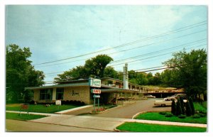 1967 Skycrest Motel, River Falls, WI Postcard *6E(3)24