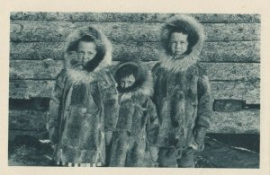 Cercle Arctique (ALASKA) , 1910s ; Three children in parkas