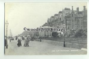 tp9579 - Kent - Ladies strolling along East Cliff Promenade, Ramsgate - postcard