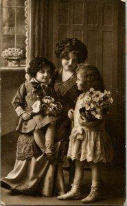 Vtg Carte Postale Cppr Victorien Femme & Enfants Avec Bouquets'Fleurs Studio Vue