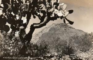 RP: TEOTIHUAGAN , Mexico , 30-40s; Piramide De La Luna
