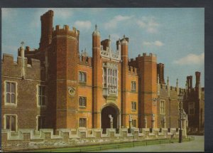 Middlesex Postcard - Hampton Court Palace - The Great Gatehouse   T2058