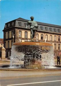 Hannover Der Duvebrunnen im Hintergrund das Leineschloss Statue Fountain