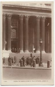 London; Feeding The Pigeons Outside St Pauls RP PPC, By WH Smith, 1917 PMK