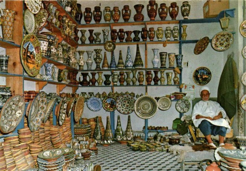 CPM Maroc Scenes & Types Marchand de Poteries (67361)