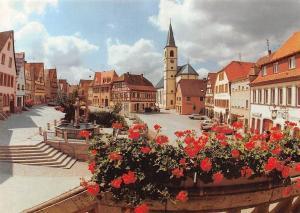 Stadt Aub, Marktplatz mit Stadtpfarrkirche Maria Himmelfahrt Blumen Auto